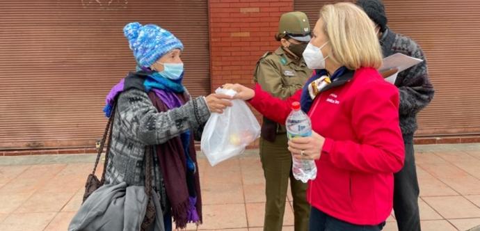 En la oportunidad, las personas en situación de calle recibieron alimentación, abrigo, kit sanitarios, y orientaciones fundamentales relacionadas con beneficios del Estado, bonos, campaña de vacunación contra el COVID, Influenza.