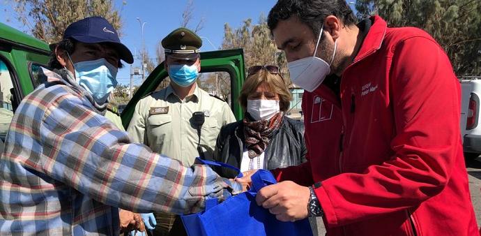 Operativo estará a cargo de Carabineros durante seis meses y consiste en la entrega de alimentos fríos, ropa de abrigo y kits sanitarios